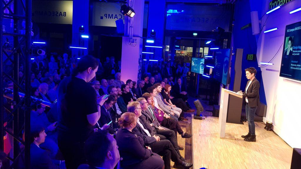 Dunja Hayali vor 150 Leuten auf dem 5G Campus in Berlin